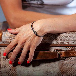 Girl with Bracelet_Carbon_Fiber_Eternity_Black_String1_zakcode