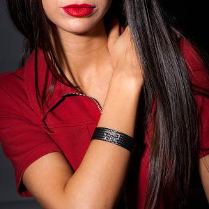 Girl with Bracelet_Carbon_Fiber_buterfly1-zakcode