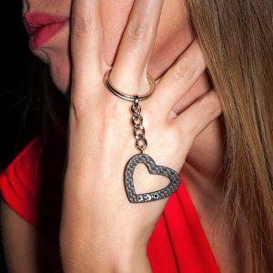 Girl with Keyholder_Carbon_Fiber_Heart_matte-1_zakcode