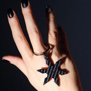 Girl`s hand holding Keyholder_Carbon_Fiber_Shuriken_ Gloss_2_zakcode